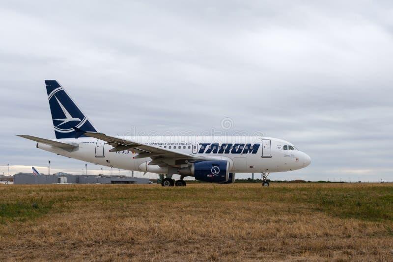 Aerobus A318-111 od Tara na Taxiway w Paryskim Charles De Dziąsło obrazy royalty free