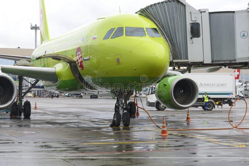 Aerobus A319 S7 linii lotniczych preflight przygotowanie obraz stock