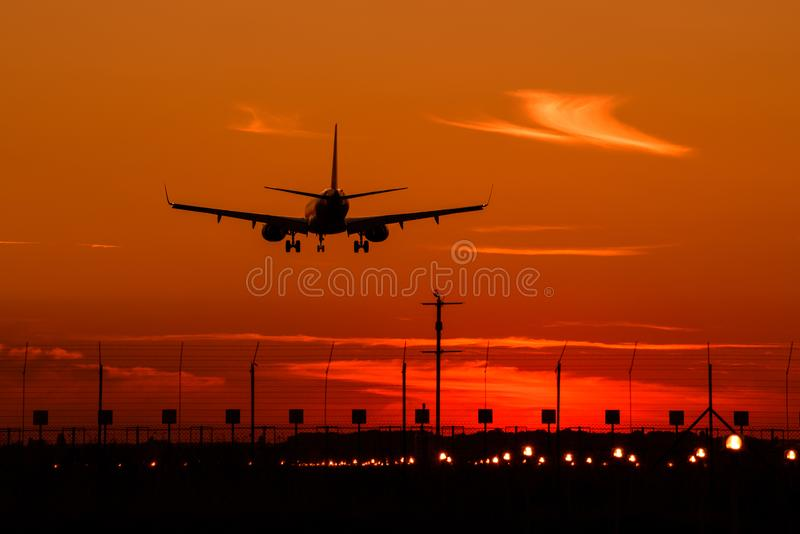 Aerobus A320 samolotowa sylwetka przy zmierzchem, definitywny podejście fotografia royalty free
