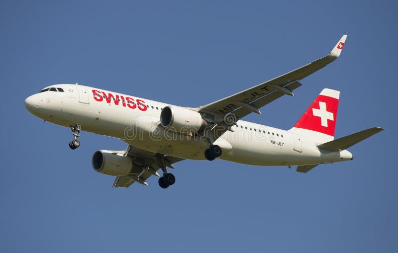 Aerobus A320 Swiss International Air Lines przed lądować (HB-JLT) zdjęcie royalty free
