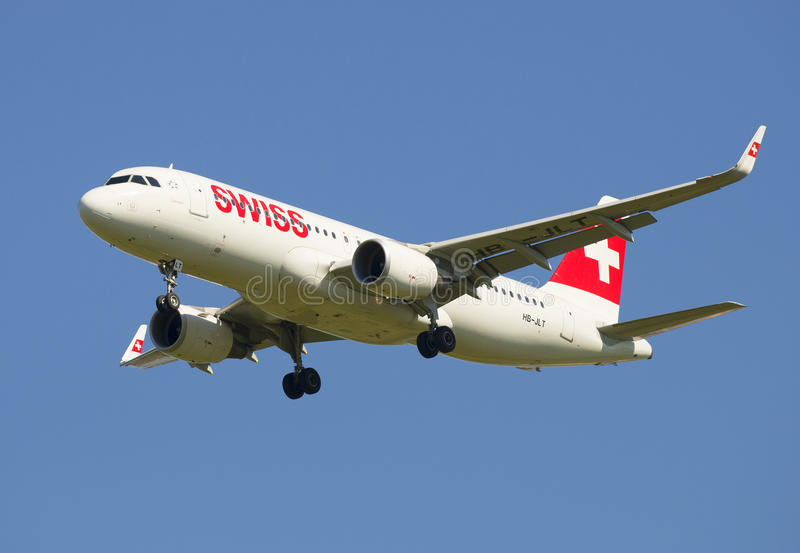 Aerobus A320 Swiss International Air Lines w locie (HB-JLT) obraz stock