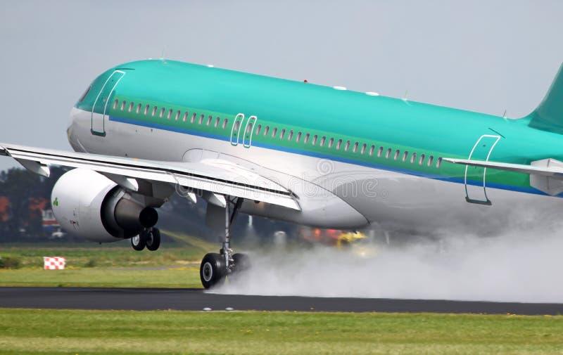 Aerobus zdejmuje na mokrym pasie startowym obrazy stock