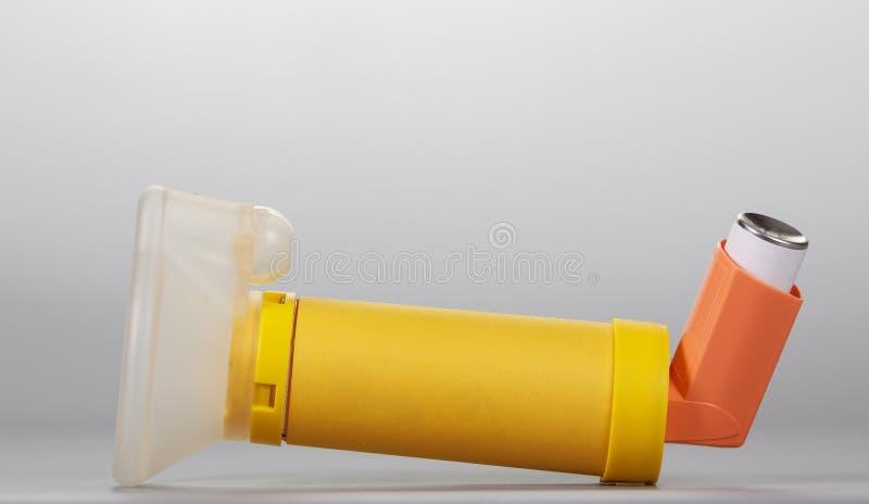 Aerochamber i inhalatoru aerosol na popielatym tle fotografia royalty free