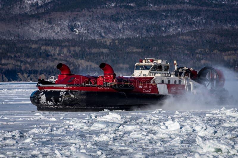 Aerodeslizador canadense da guarda costeira na missão icebreaking na costa atlântica imagens de stock royalty free
