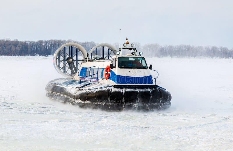 Aerodeslizador do passageiro no gelo do Rio Volga congelado na vitória imagem de stock royalty free