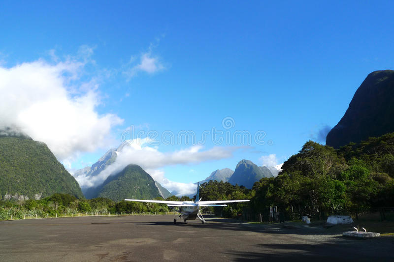 Aerodromo di Milford Sound nella regione della terra del fiordo della Nuova Zelanda dell'isola del sud immagini stock libere da diritti