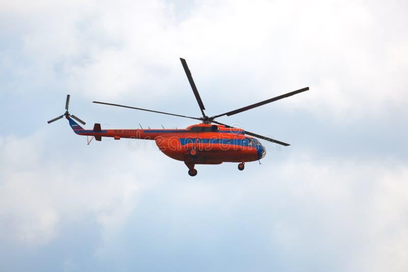 Aerodromo di Mochishche, show aereo locale, elicottero arancio Mi-8 immagine stock