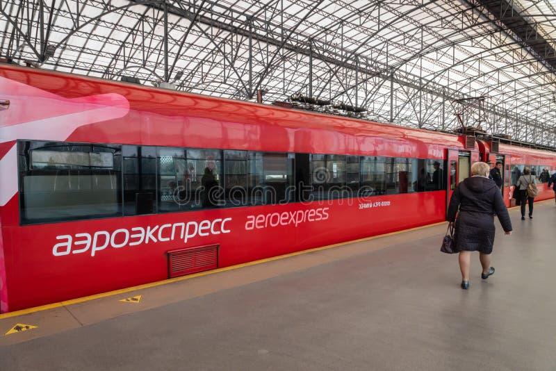 Aeroexpresstrein bij het platform van de luchthavenpost van Moskou Sheremetyevo royalty-vrije stock afbeelding
