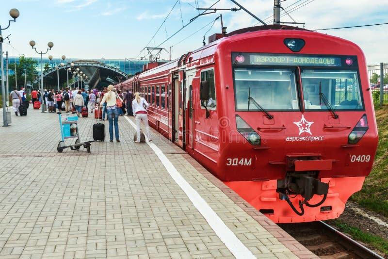 Aeroexpresstrein in de Luchthaven van Moskou Domodedovo stock fotografie
