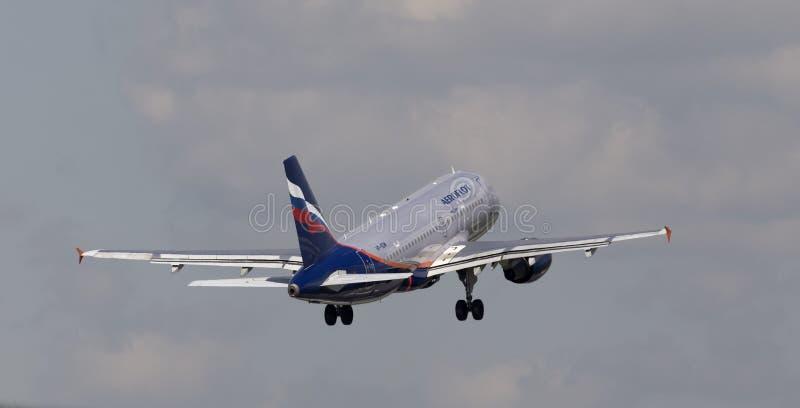 Aeroflot - Rosyjski linii lotniczej Aerobus A319-111 samolot na chmurnego nieba tle obrazy stock