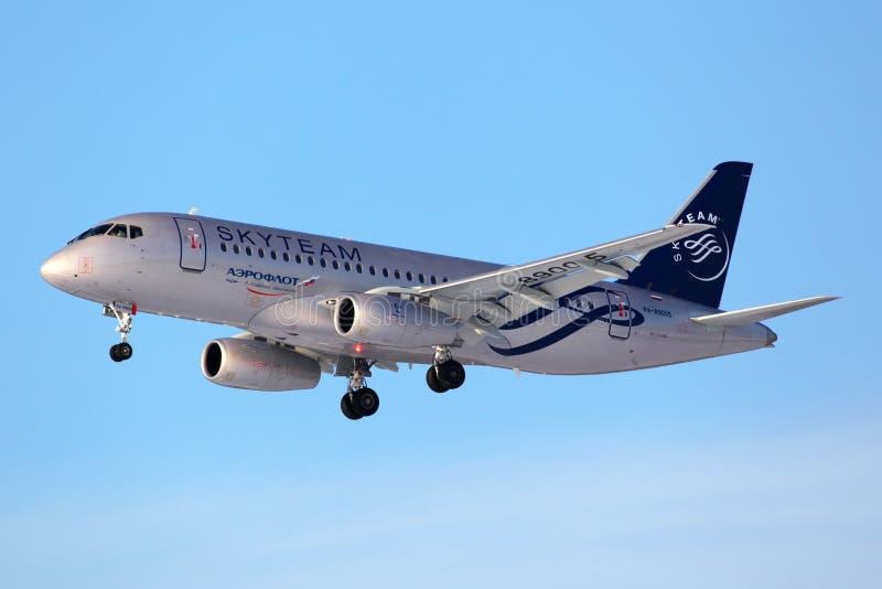 Aeroflot Sukhoi SuperJet100 i landning för SkyTeam allianslivré på Sheremetyevo den internationella flygplatsen, Moskvaregion, Ry arkivfoto