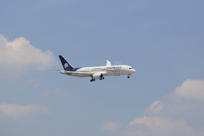 AeroMexico Boeing 737 in cielo di New York prima dell'atterraggio all'aeroporto di JFK immagini stock