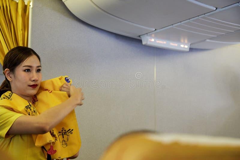 A aeromoça de ar demonstra procedimentos de segurança fotos de stock royalty free
