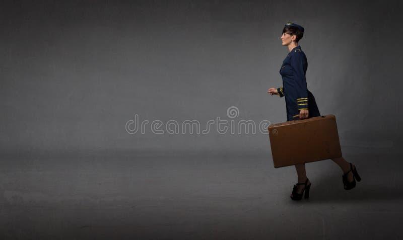 Aeromoça que corre em uma sala vazia fotos de stock