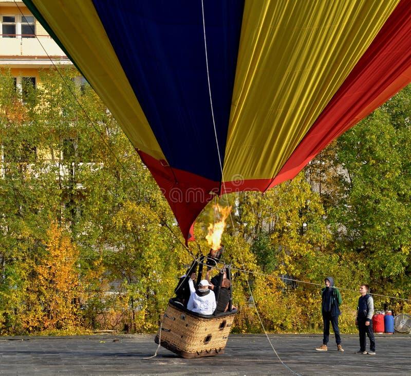 Aeronauten wärmen die Gasfackel mit Luft in einem enormen Ballon auf, um in den Himmel anzusteigen stockbild