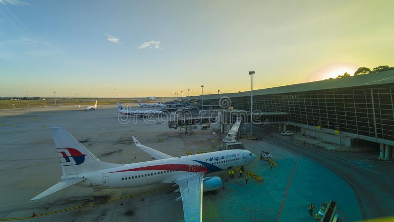 Aeronaves comerciales de la línea aérea de Malasia en el aeropuerto de KLIA al atardecer imagen de archivo