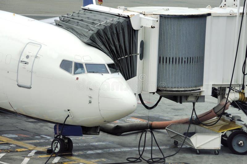 Aeronaves se preparam para embarcar passageiros foto de stock