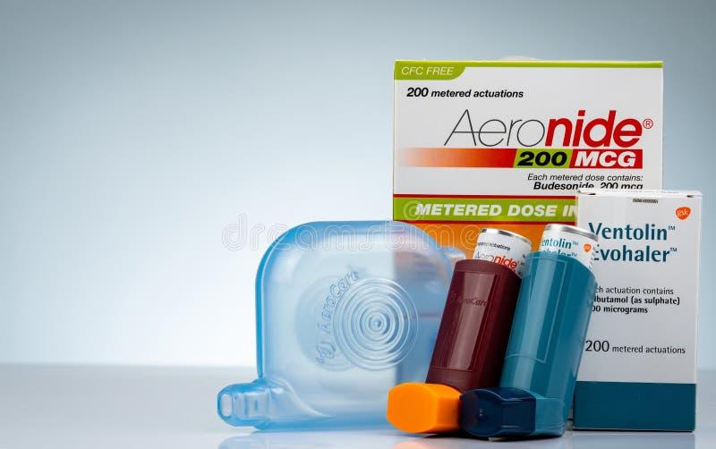 Aeronide inhalator och Ventolin Evohaler och avståndsmätare som isoleras på lutningbakgrund stor inhaler Steroider och bronchodil arkivfoto