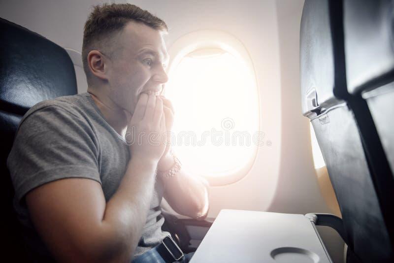 Aerophobia del concepto Asustado del miedo que vuela en un aeroplano y en la altura imagen de archivo libre de regalías