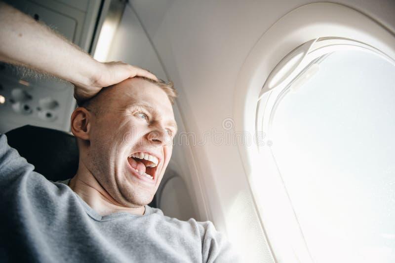 Aerophobia del concepto Asustado del miedo que vuela en un aeroplano y en la altura imagen de archivo