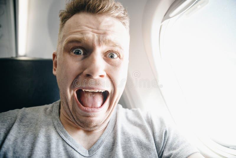 Aerophobia del concepto Asustado del miedo que vuela en un aeroplano y en la altura fotos de archivo