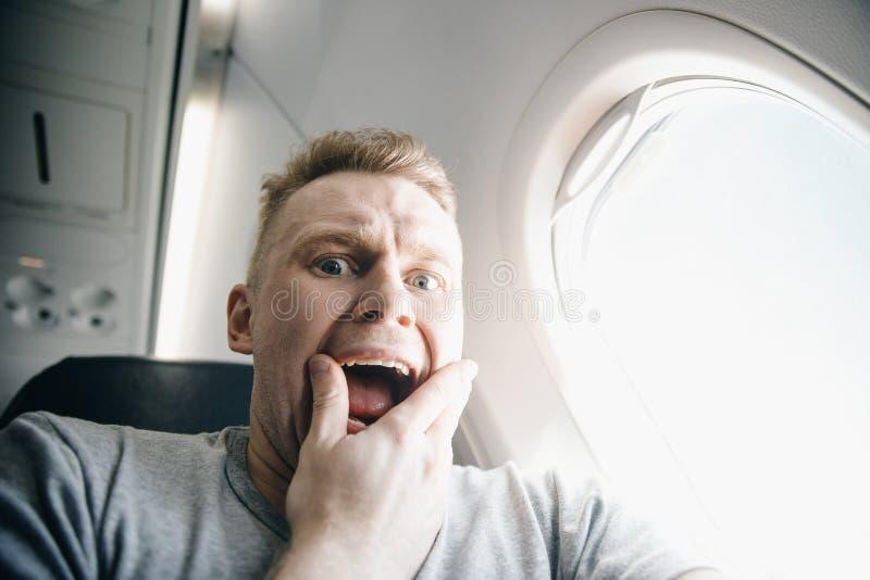 Aerophobia del concepto Asustado del miedo que vuela en un aeroplano y en la altura fotografía de archivo libre de regalías