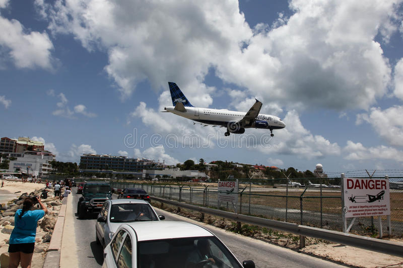 Aeroplane Jet Blue is landing on Princess Juliana International. MAHO BAY BEACH AUGUST 01: Airplane Jet Blue is landing on Princess Juliana International Airport royalty free stock photos