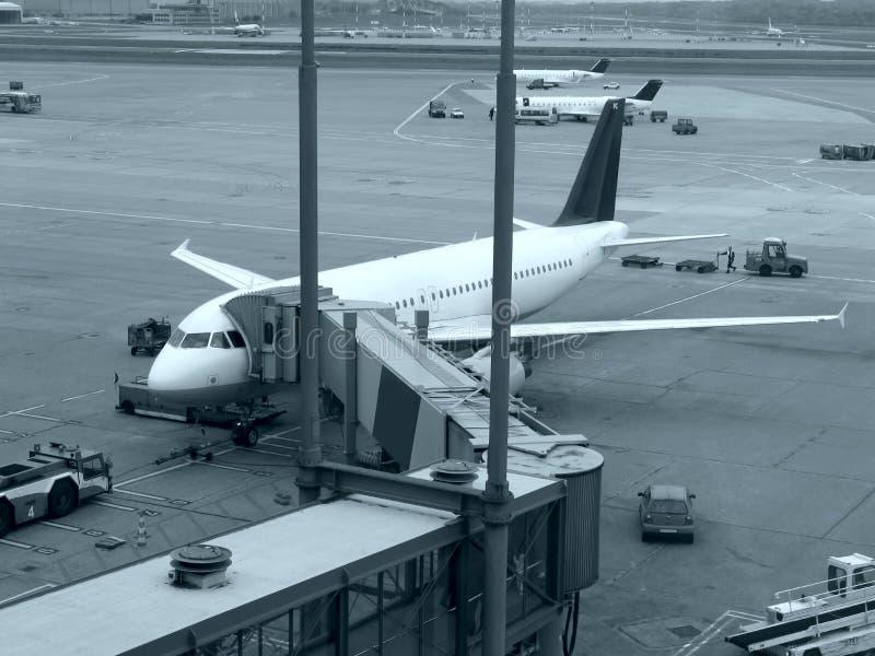 Aeroplani all'aeroporto immagine stock