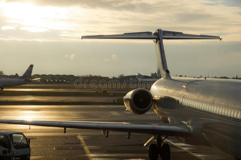 Aeroplani commerciali parcheggiati fotografia stock