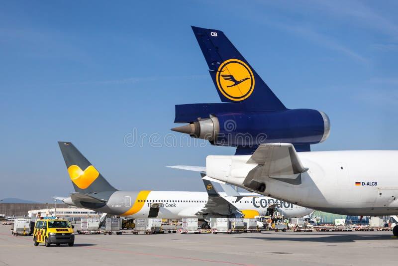 Aeroplani del condor e di Lufthansa all'aeroporto di Francoforte fotografie stock libere da diritti