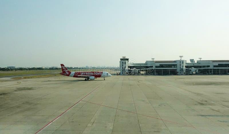 Aeroplani di AirAsia su un modo del taxi ad un terminale fotografia stock libera da diritti
