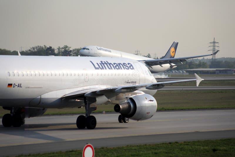Aeroplani di Lufthansa che rullano nell'aeroporto di Francoforte, FRA fotografia stock libera da diritti