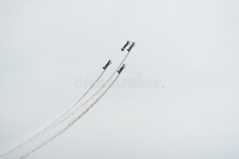 Aeroplani nel cielo un giorno nuvoloso fotografie stock