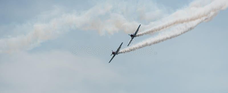 Aeroplani nel cielo un giorno nuvoloso immagini stock