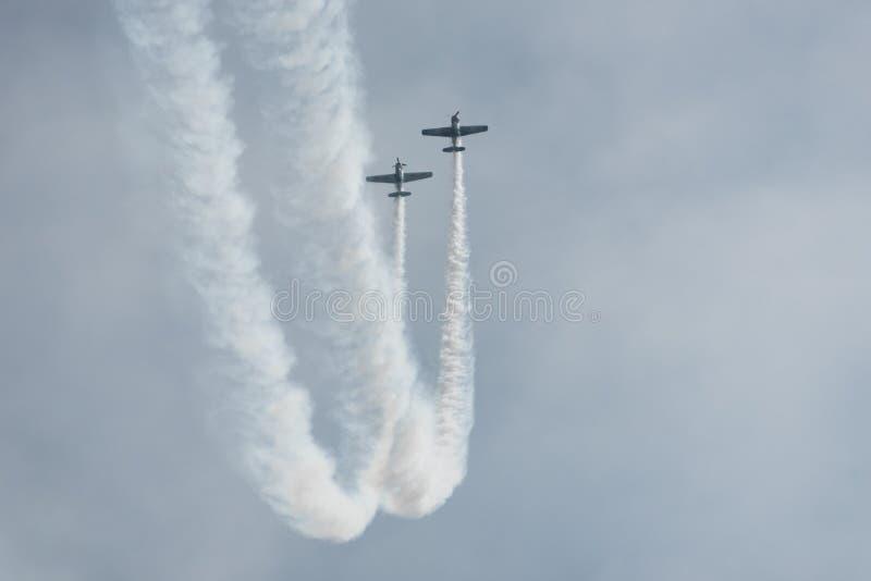 Aeroplani nel cielo un giorno nuvoloso fotografia stock
