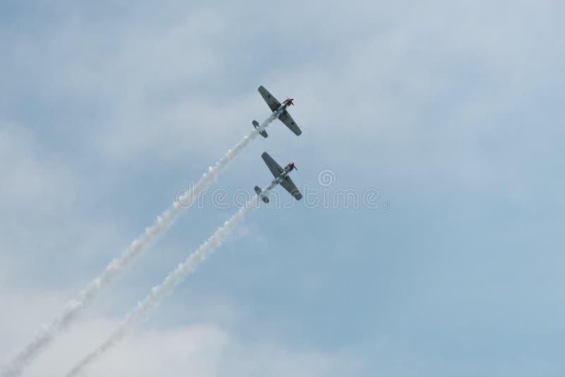 Aeroplani nel cielo un giorno nuvoloso immagini stock libere da diritti