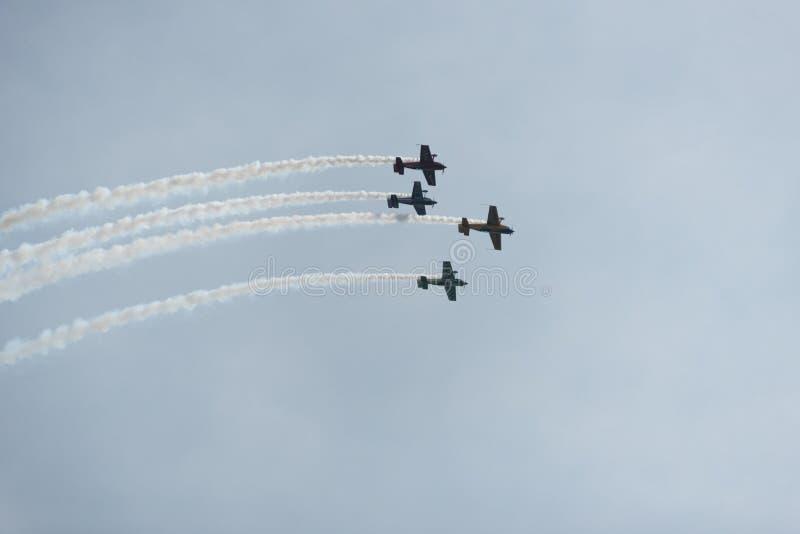 Aeroplani nel cielo un giorno nuvoloso fotografie stock libere da diritti