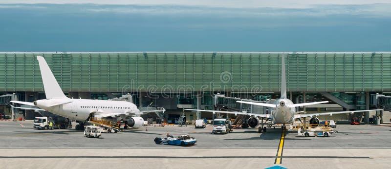 Aeroplani sull'aeroporto occupato. Panorama immagini stock libere da diritti
