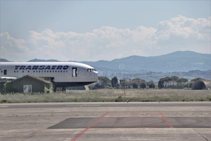 Aeroplano abandonado, al lado de la pista del aeropuerto de Rímini foto de archivo libre de regalías