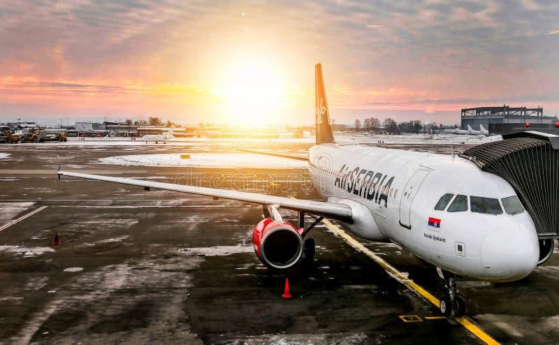 Aeroplano Airbus A320 di Airserbia nella posizione di parcheggio sull'aeroporto di Belgrado immagini stock libere da diritti