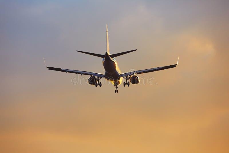 Aeroplano al tramonto fotografia stock libera da diritti