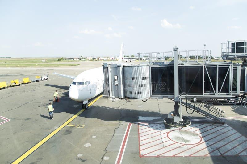 Aeroplano all'aeroporto fotografie stock libere da diritti