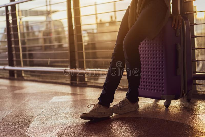 Aeroplano aspettante del viaggiatore della donna dopo la prenotazione del volo del biglietto all'aeroporto immagini stock libere da diritti