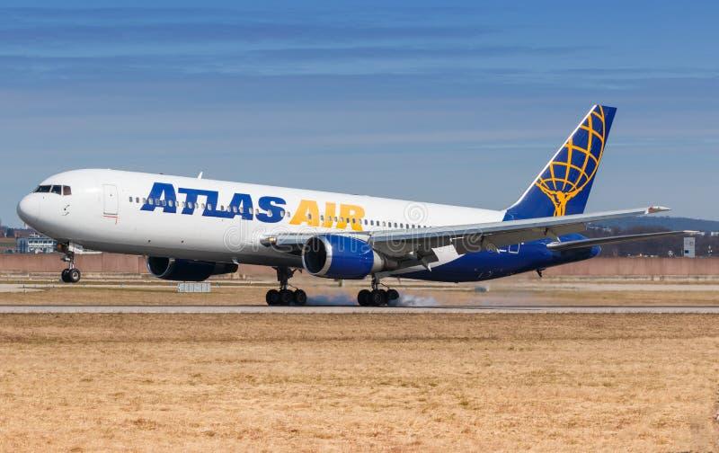Aeroplano Atlas Air Boeing 767 all'aeroporto di Stoccarda fotografia stock libera da diritti