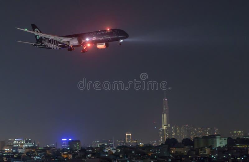 Aeroplano Boeing 777 de Air New Zealand en todo el aterrizaje de la librea de los negros en Tan Son Nhat International Airport en foto de archivo libre de regalías