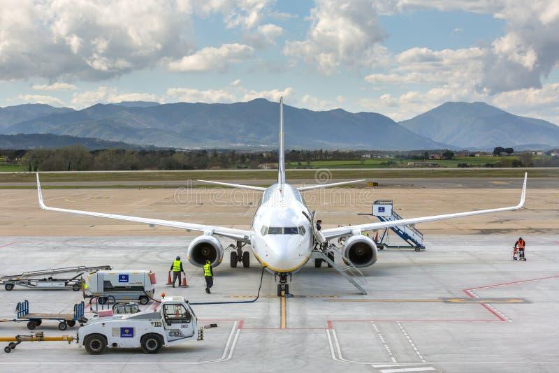 Aeroplano Boeing 737 de la línea aérea de Ryanair en el aeropuerto de Girona en día soleado imagenes de archivo