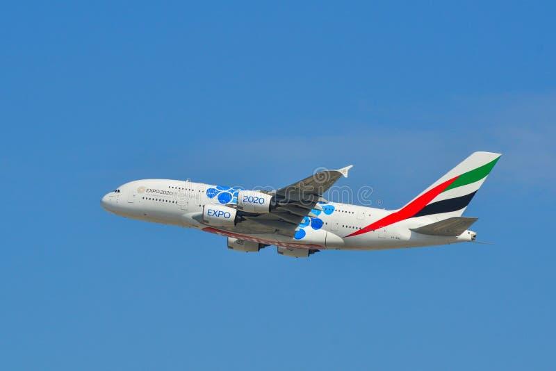 Aeroplano che decolla dall'aeroporto del Dubai fotografia stock