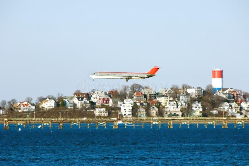 Aeroplano che prepara per lo sbarco all'aeroporto del Logan. fotografia stock