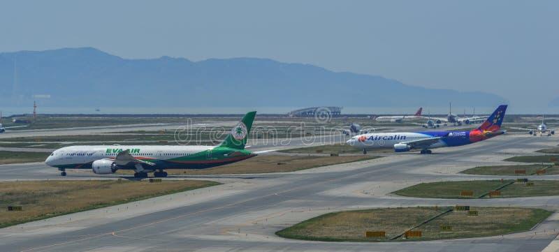 Aeroplano che rulla sulla pista dell'aeroporto immagine stock libera da diritti