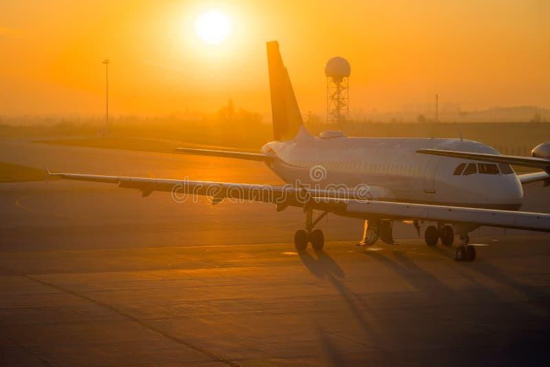 Aeroplano circa da prendere da un aeroporto Ala di aereo all'aeroporto, alba di mattina fotografia stock